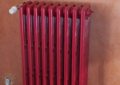 radiateur décapé et laqué rouge